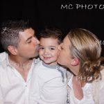 portrait-fammile-les-parents-embrassant-leur-petit-garcon-charente