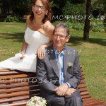 couple-assis-sur-un-banc-jardin-public-charente