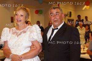 couple-maries-anniversaire-de-mariage-qui-sourit-surpris-dans-salle-des-fetes-charente-maritime