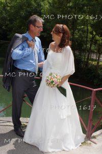 couple-maries-devant-riviere-charente-qui-se-regarde-cognac