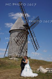 couple-maries-devant-un-moulin-jarnac-champagne-charente