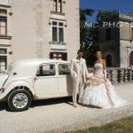 couple-maries-devant-voiture-blanche-et-devant-un-chateau-cognac-charente.