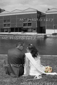 couple-maries-noir-et-blanc-assis-au-bord-de-eau-jarnac-en-fond-on-voit-des-fut-de-cognac