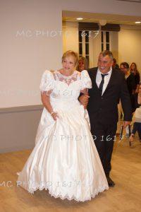 couple-maries-qui-marche-dans-entree-salle-des-fetes-anniversaire-de-mariage-mcphoto1617
