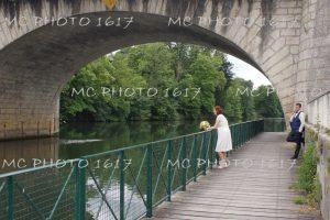 couple-maries-sous-le-pont-charente-cognac-avec-riviere-charente