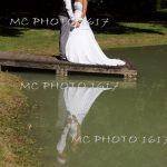 couple-maries-sur-un-ponton-reflet-dans-eau-ils-se-regardent-cognac-charente