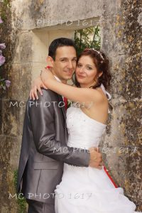 couple-portrait-qui-regarde-objectif-devant-un-mur-en-pierre-charente