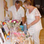 couple-qui-ouvre-cadeau-devant-table-anniversaire-de-mariage-charente-maritime
