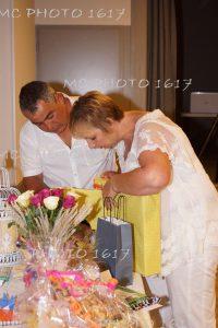 couple-qui-ouvre-cadeaux-anniversaire-mariage-mcphoto1617-charente-maritime