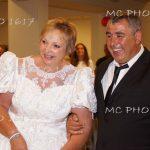 couple-qui-se-tient-par-le(bras-femme-en-robe-de-mariee-anniversaire-de-mariage-salle-des-fetes-charente-maritime