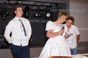 deux-enfants-avec-leur-maman-en-robe-de-mariee-qui-tient-un-micro-anniversaire-de-mariage-charente-maritime