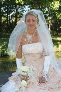 mariee-avec-un-voile-dans-les-cheveux-assis-devant-riviere-charente-cogna
