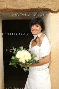 mariee-qui-tient-son-bouquet-de-roese-blanches-charente.