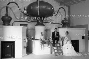 photo-noir-et-blanc-maries-dans-distillerie-charente