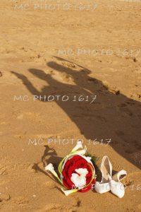 sur-le-sable-ombre-couple-maries-un-premier-plan-chaussures-et-bouquet-charente-maritime