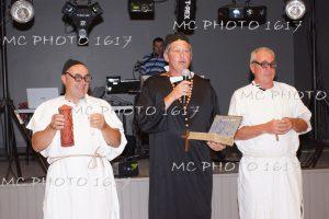 trois-hommes-deguises-scene-humour-en-cure-salle-des-fetes-charente-maritime-mcphoto1617