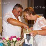 un-couple-qui-ouvre-cadeau-anniversaire-mariage-mcphoto1617
