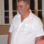 un-homme-en-chemise-blanche-qui-sourit-charente-maritime